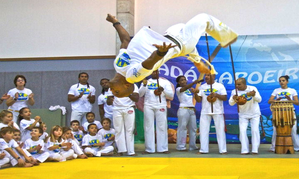 Acrobaties de capoeira thematique brésil